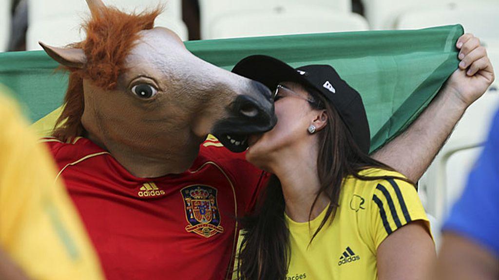 Dos aficionados besándose en la grada del estadio Castelao