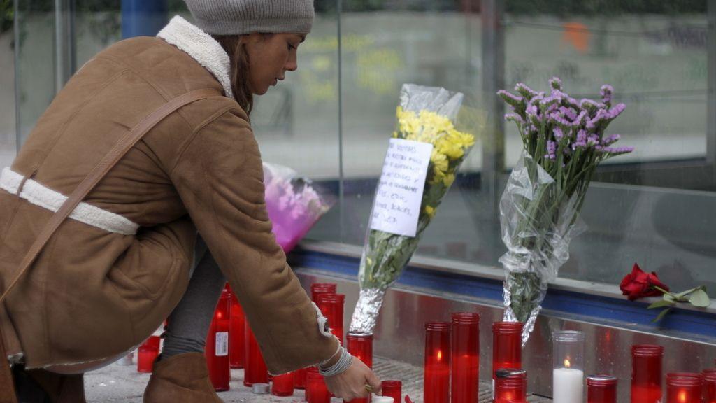 Homenaje en el metro de Alameda de Osuna a dos de las fallecidas en el Madrid Arena