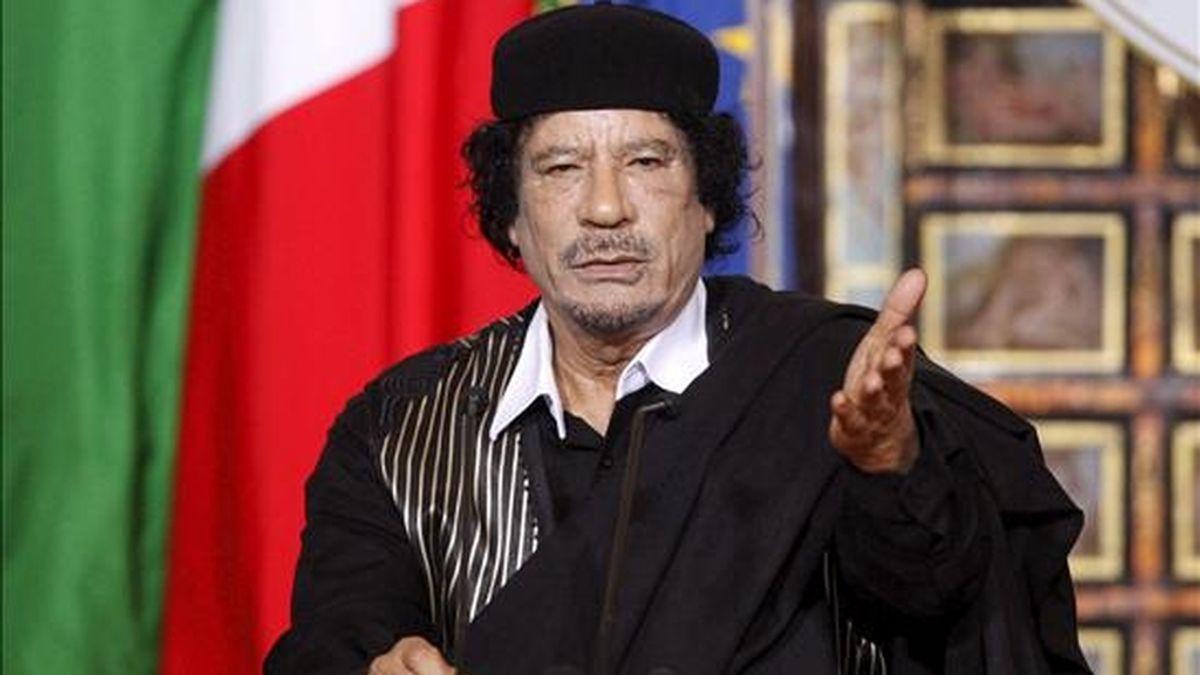 El líder libio, Muamar el Gadafi habla antes de iniciar una rueda de prensa conjunta con el primer ministro italiano, Silvio Berlusconi, en Villa Madama de Roma, Italia. EFE/Archivo