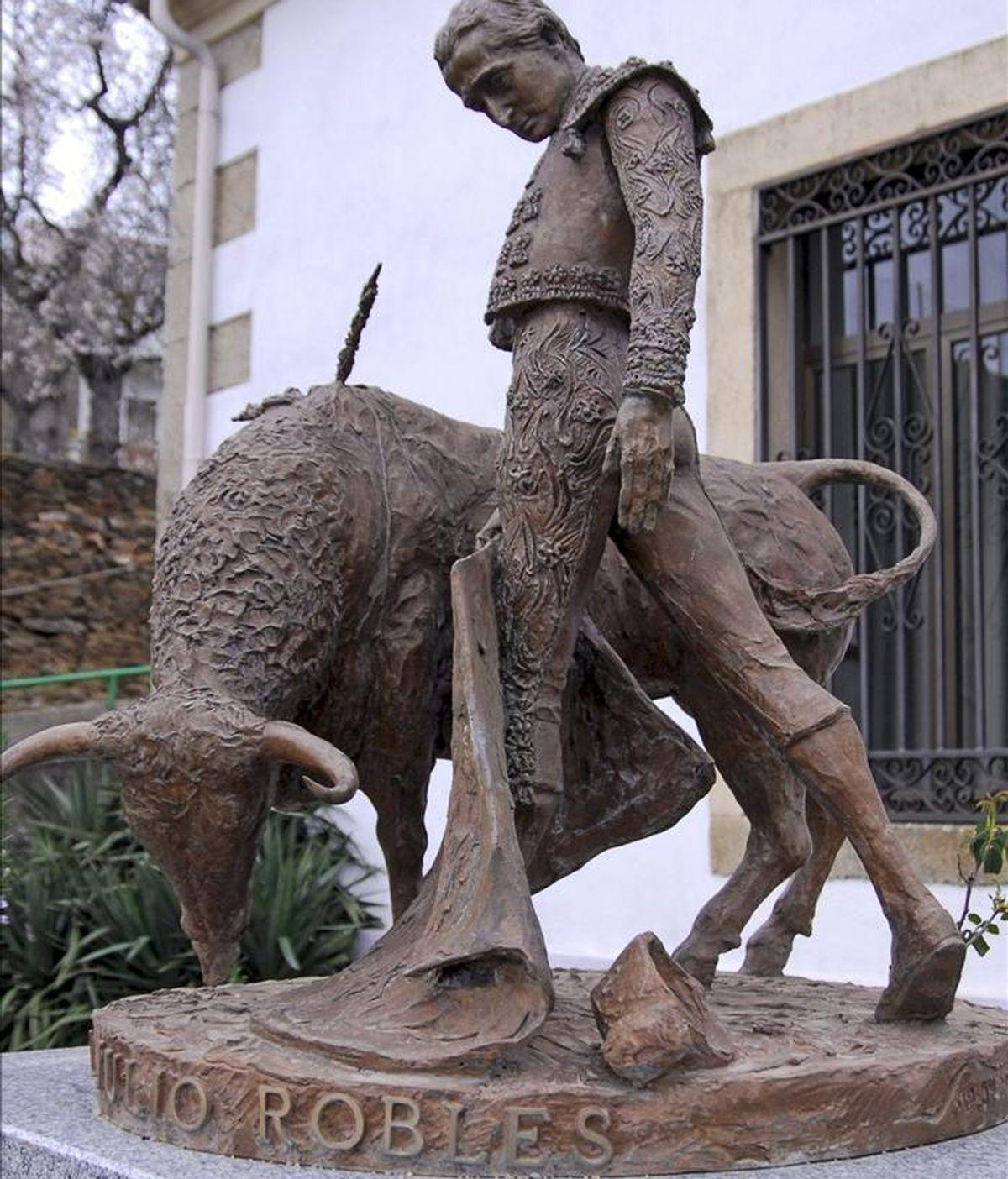 Escultura del matador Julio Robles en su pueblo de Ahigal de los Aceiteros (Salamanca), que recuerda la figura del torero fallecido el 14 de enero de 2001. Robles fue volteado en la Plaza de Toros de Beziers (Francia) el 13 de agosto de 1990 y hasta su muerte quedó postrado en una silla de ruedas. EFE