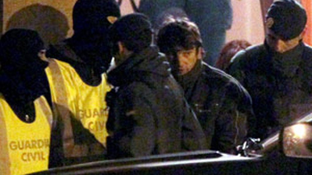 Agentes de la Guardia Civil acompañan a Lander Etxeberria San Sebastián (2d), tras registrar su domicilio en Villabona (Guipúzcoa). Foto: EFE