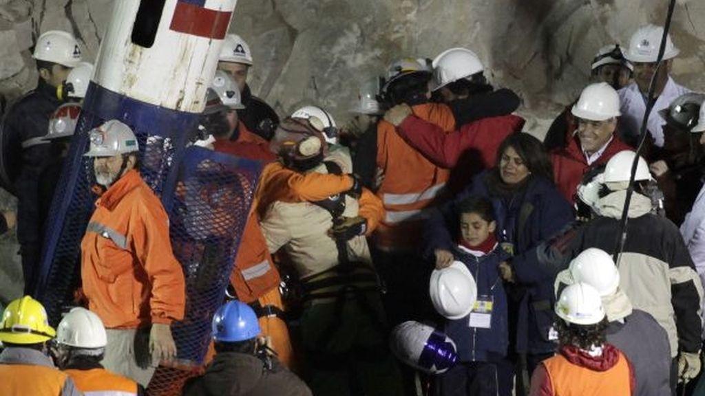 Florencio Avalos abraza a uno de sus 'rescatadores'