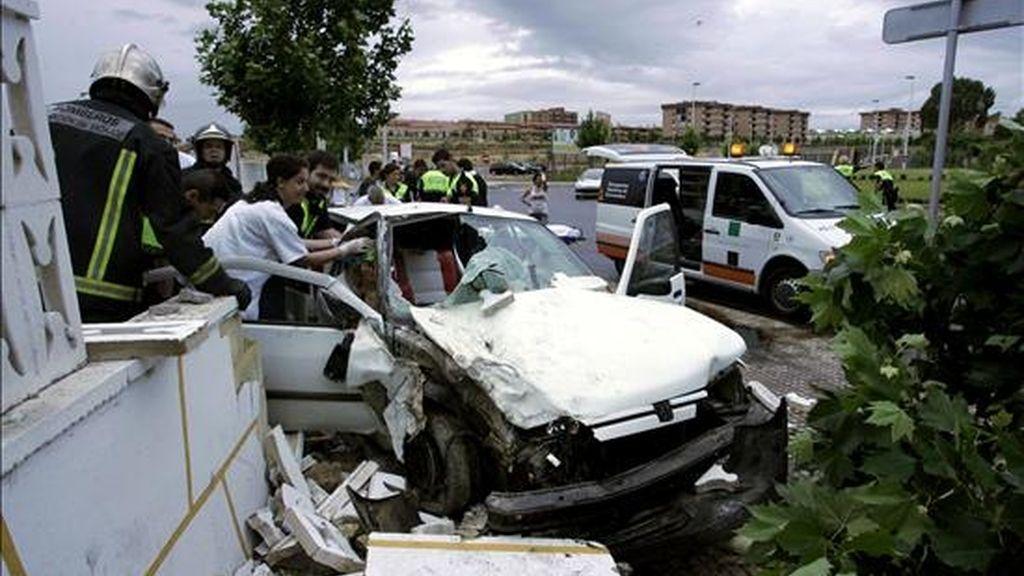 Cinco jóvenes resultaron heridos al salirse de la calzada en una rotonda el turismo que ocupaban y chocar contra la pared del recinto ferial de Mérida. EF