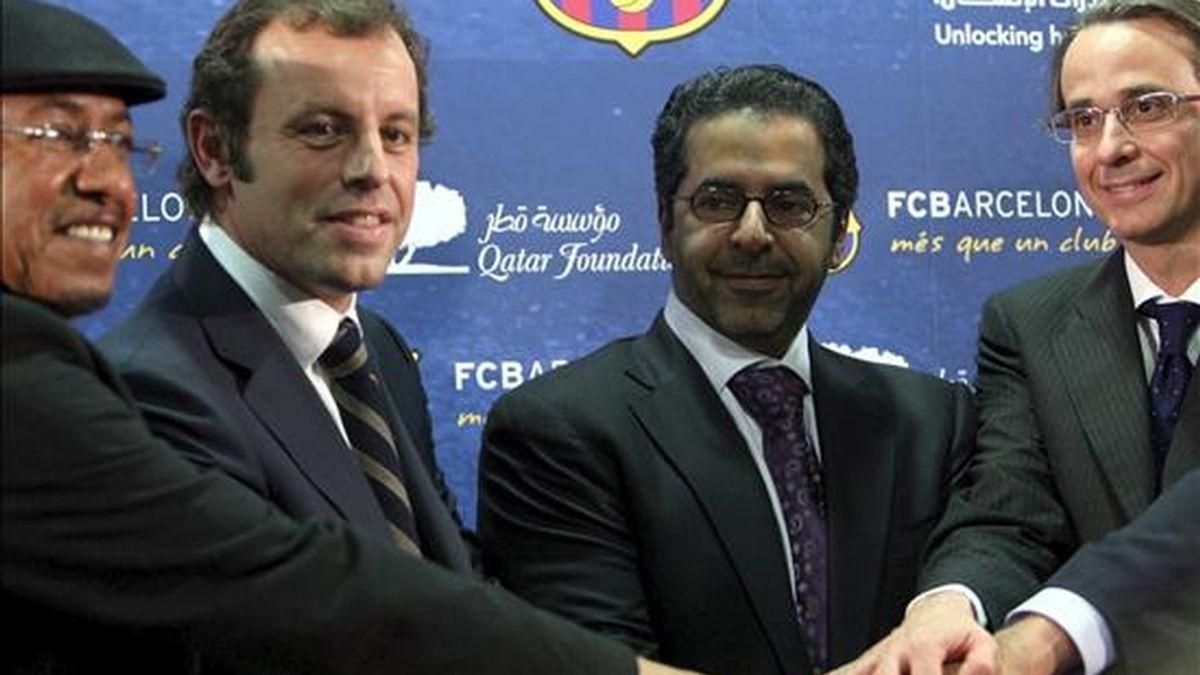 El presidente y el vicepresidente de Economía del FC Barcelona, Sandro Rosell (2i) y Xavier Faus (d), respectivamente, acompañados del responsable y el vicepresidente de Qatar Sports Investment, Ahmad al Sulaiti (2d) y Saif Ali Al-hajari (i), se saludan tras la firma en las instalaciones del Camp Nou del acuerdo de patrocinio para exhibir el logo de la Fundación del Emirato de Qatar en las camisetas del FC Barcelona por el que abonaran 165 millones de euros por 5 años. EFE