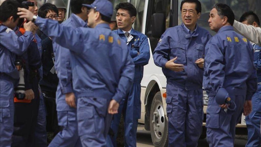 El primer ministro de Japón, Naoto Kan (2d) hoy durante su visita a la ciudad japonesa de Rikuzentakata, afectada por el terremoto y tsunami del pasado 11 de marzo. EFE