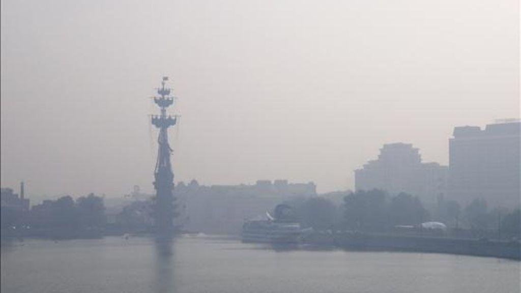 Moscú amaneció hoy cubierta por un manto de humo a causa de los incendios forestales en las afueras de la ciudad, agravados por la mayor ola de calor en la parte europea de Rusia en 130 años de observaciones meteorológicas. En la fotografía, el humo dificulta la visibilidad esta mañana junto al río Moscova. EFE