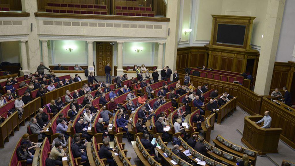 El Parlamento ucraniano debate sobre la violencia en las calles de Kiev