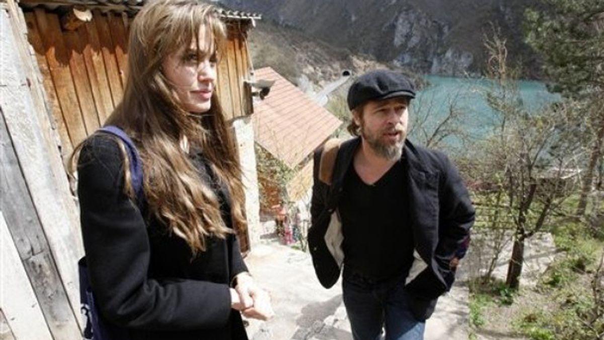 Angelina Jolie y Brad Pitt durante su visita sorpresa a Sarajevo. Foto: AP