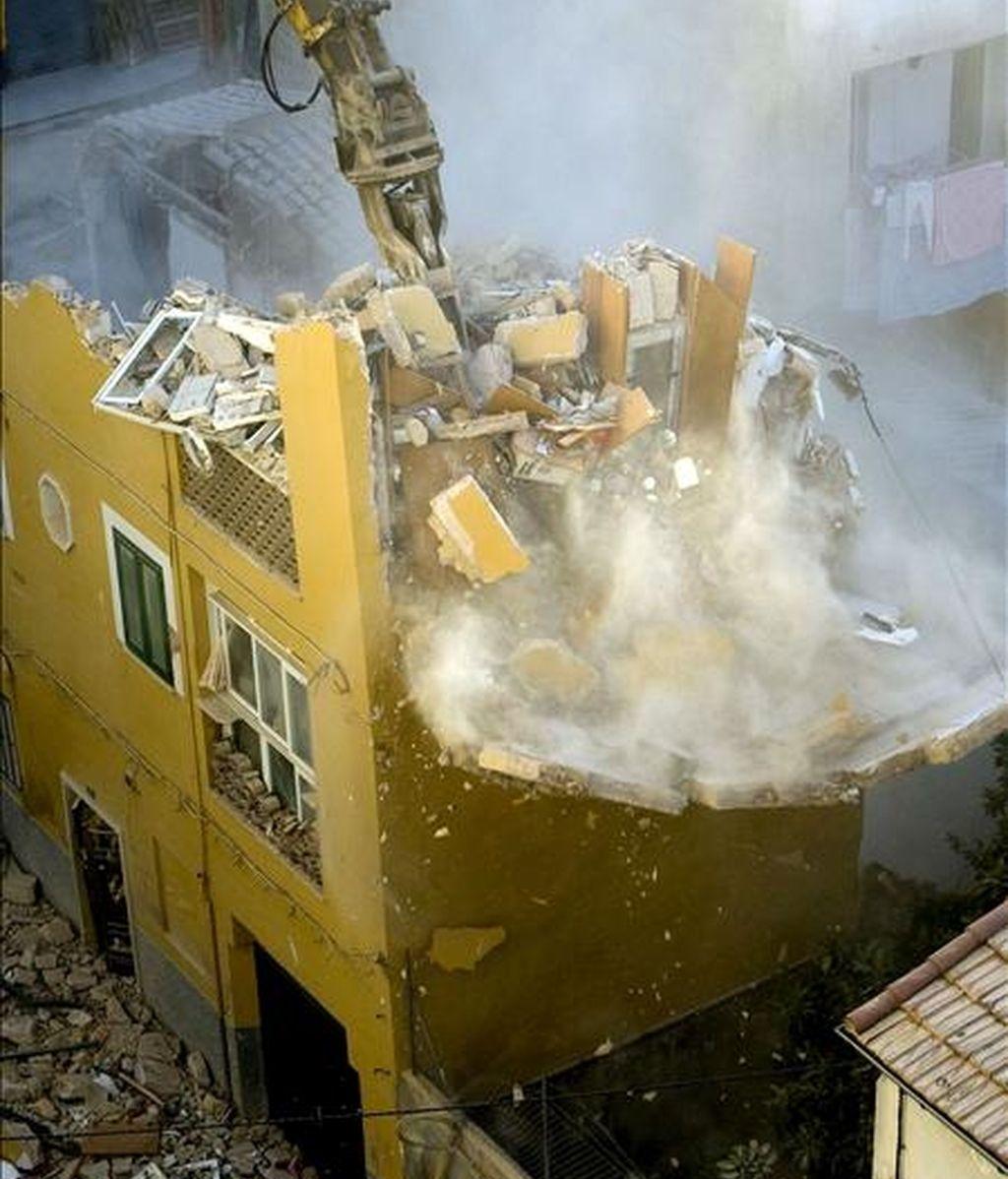 Imagen del derribo controlado de la parte que quedaba en pie del edificio de la calle Alos de la capital balear que el pasado lunes se derrumbó y en el que perdieron la vida siete personas. EFE