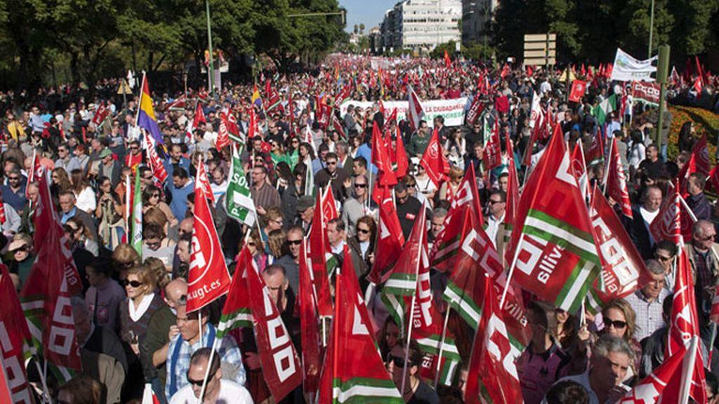 Gran número de personas durante la manifestación convocada por los sindicatos CCOO y UGT, que hoy ha recorrido las calles de Sevilla, con motivo de la huelga general