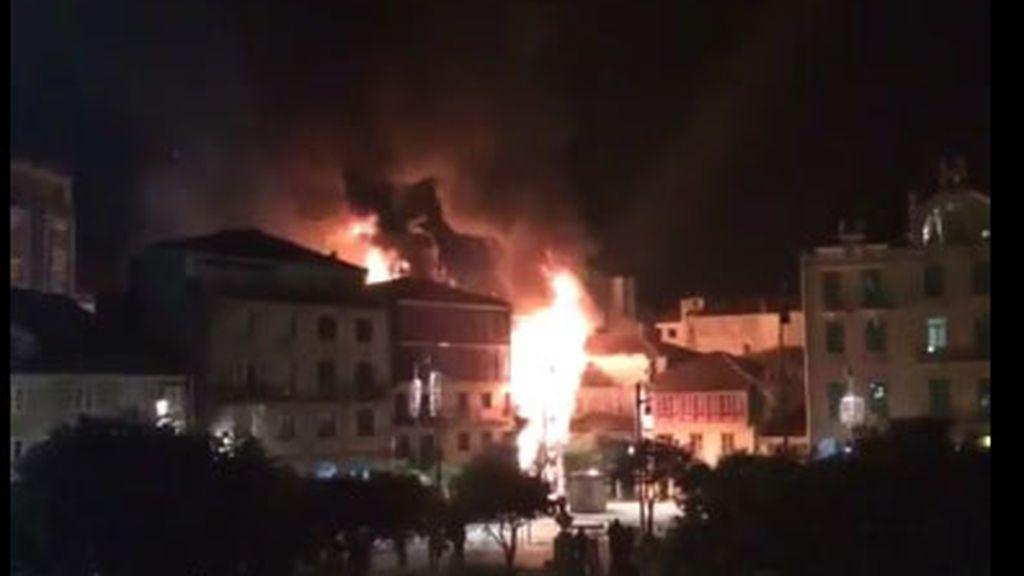 Un incendio arrasa un edificio en el casco histórico de Pontevedra