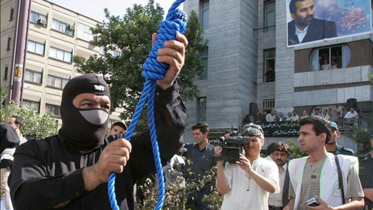 Un policía iraní prepara una ejecución pública. EFE/Archivo
