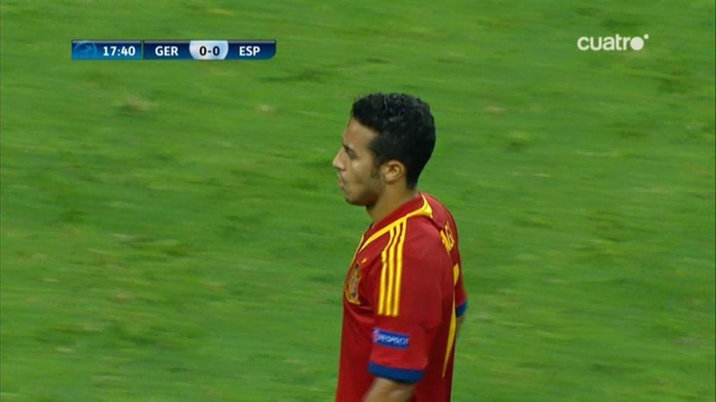 Thiago Alcántara, con el brazalete de capitán en la Sub-21