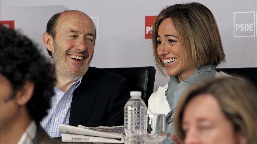 El vicepresidente primero del Gobierno, Alfredo Pérez Rubalcaba y la ministra de Defensa, Carme Chacón, ayer durante la reunión del Comité Federal del PSOE. EFE