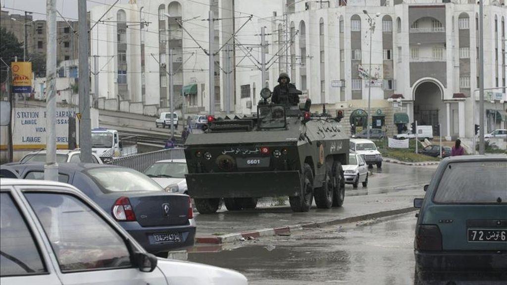 La policía resguarda una calle tras los incidentes violentos de los últimos días en Ettadhamen, Túnez. EFE