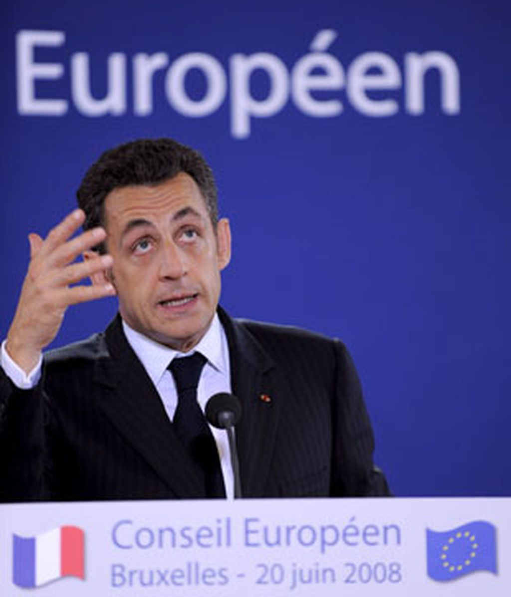 El presidente francés, Nicolás Sarkozy, habla en una rueda de prensa tras terminar la primera jornada de la Cumbre de jefes de Estado y Gobierno de la Unión Europea. Foto: EFE.