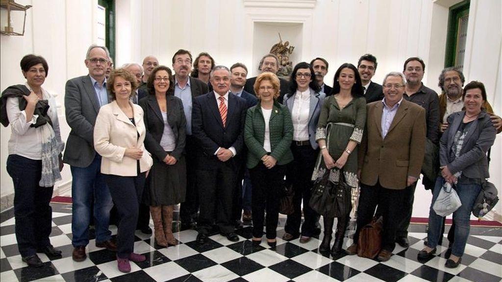 La alcaldesa de Cáceres, Cármen Heras (c), junto al jurado de los Premios de la Crítica, concedidos hoy por la Asociación Española de Críticos Literarios. EFE