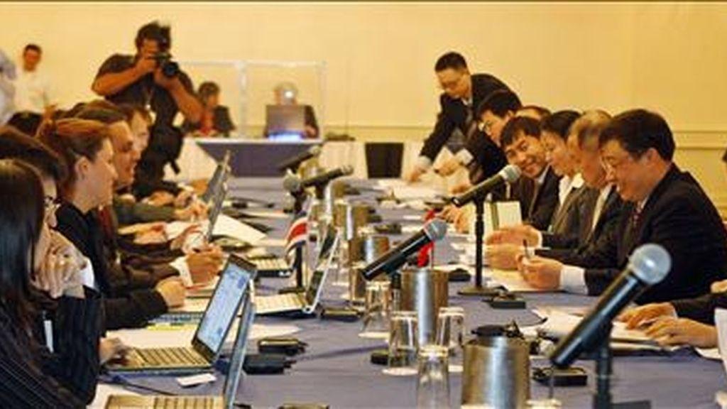 El jefe negociador chino, Zhu Hong (4d), y su comitiva iniciaron junto al grupo negociador costarricense, el pasado 19 de enero, en San José (Costa Rica), la primera ronda de negociación de un Tratado de Libre Comercio (TLC). EFE/Archivo