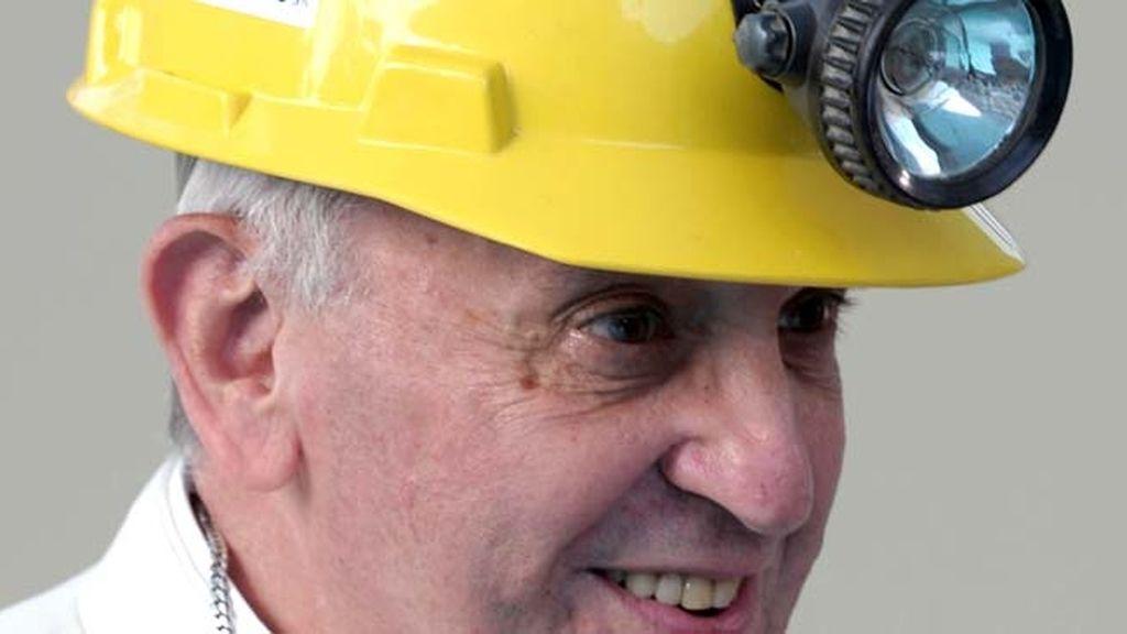 El Papa Francisco cambia la mitra por el casco de minero