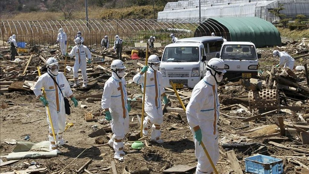 La policía japonesa vestida con trajes de seguridad nuclear buscan víctimas del terremoto y posterior tsunami del 11 de marzo de 2011, dentro de los 20 km de zona de evacuación alrededor de la planta nuclear de Fukushima en Japón. EFE