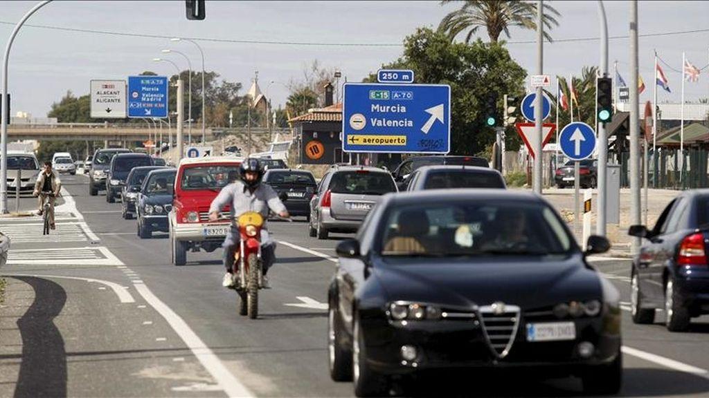 Tráfico intenso pero fluído en la N-332, a la altura de El Campello, Alicante, a última hora de la mañana de hoy, cuando numerosas personas aprovechan las rachas soleadas del tiempo para disfrutar de las playas en este sábado de vacaciones de Semana Santa. EFE
