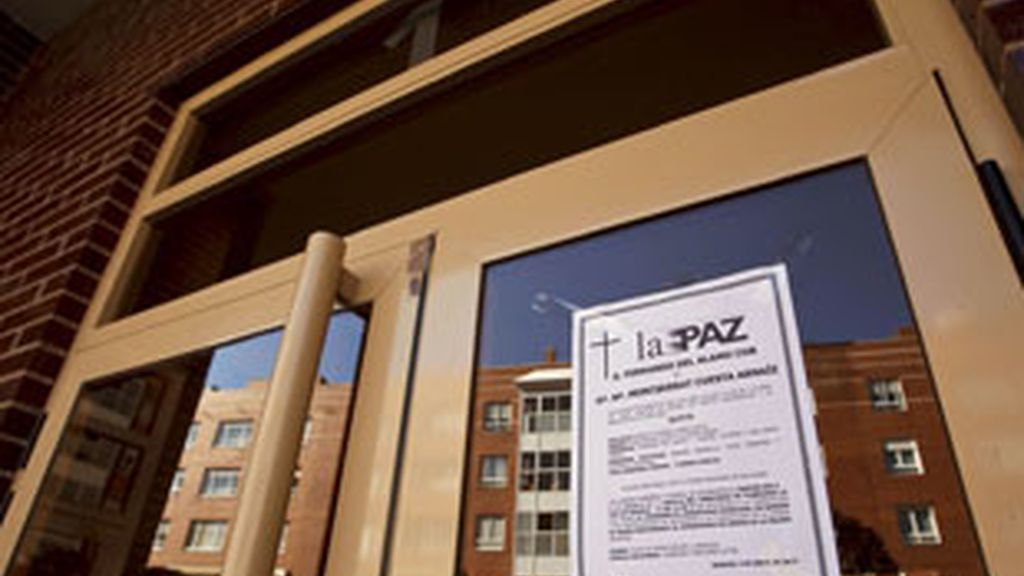 Cartel de duelo en el portal del edificio de Burgos donde vivía el matrimonio. Foto: EFE