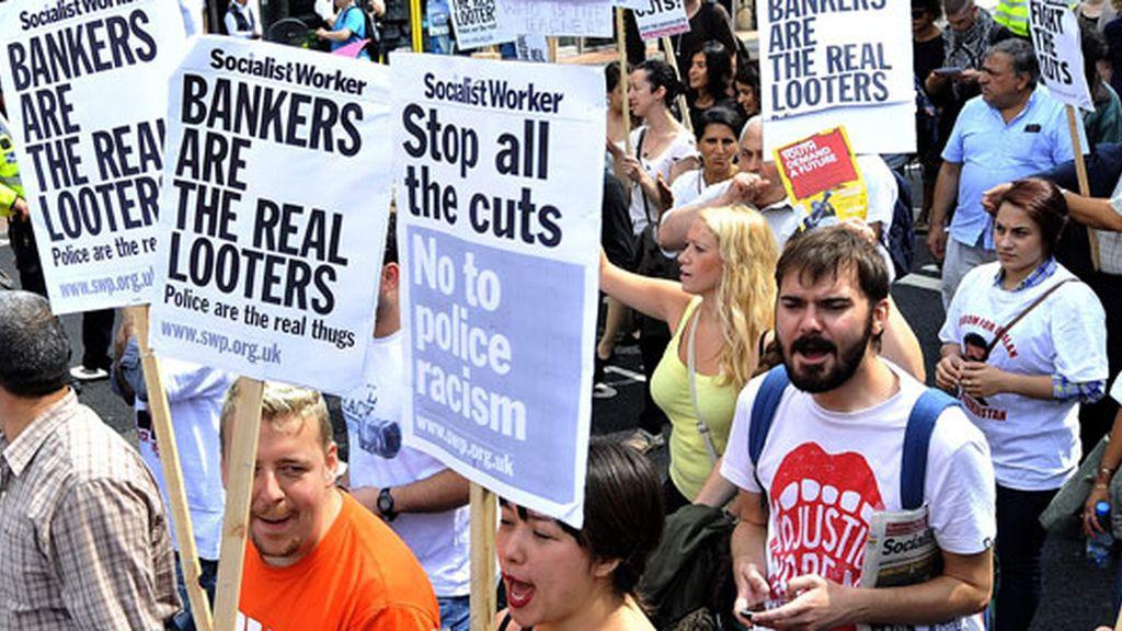 """Pancartas con lemas como """"Los banqueros son los verdaderos saqueadores"""". Foto: EFE"""
