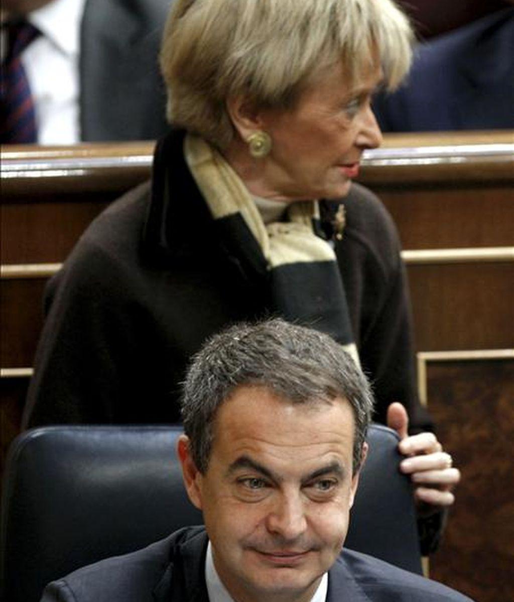 El presidente del Gobierno, José Luis Rodríguez Zapatero y la vicepresidenta Maria Teresa Fernández de la Vega, durante un pleno del Congreso. EFE