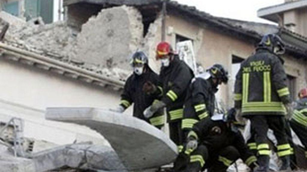 Imagen de las labores de búsqueda en L'Aquila (Italia). Foto: AP