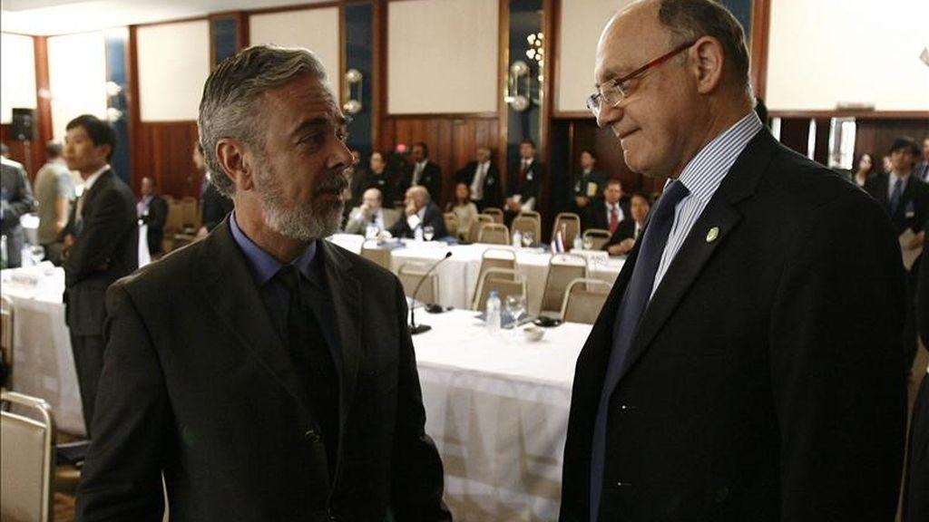 Héctor Timerman (d) y Antonio Patriota (i) repasaron en la capital argentina asuntos de la agenda bilateral y multilateral, en la primera visita que realiza el canciller brasileño al país tras la asunción de Rousseff, el pasado 1 de enero, señalaron portavoces oficiales. EFE/Archivo