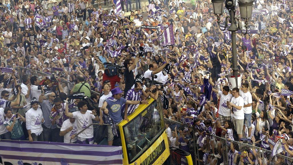 Los jugadores del Real Valladolid celebran junto a sus aficionados el ascenso a Primera División