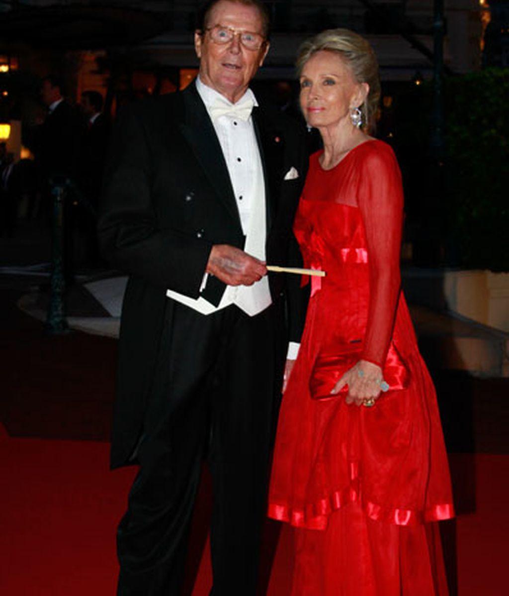 Roger Moore y su mujer Kristina
