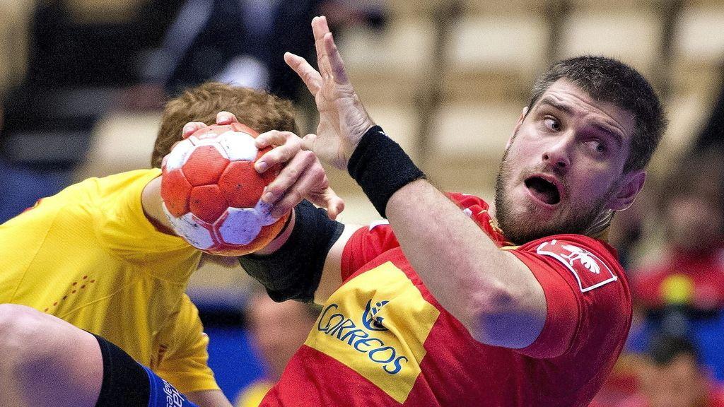 El pivote de la selección española de balonmano Julen Aginagalde en acción durante el partido disputado entre España y Macedonia