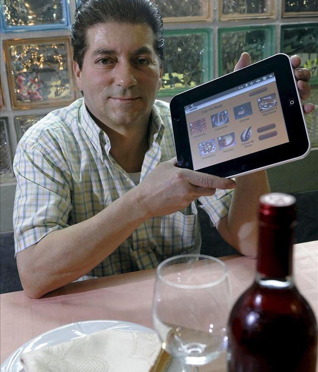 """Una empresa de Valladolid ha diseñado una carta virtual para bares y restaurantes, una tableta multimedia que puede sustituir a los tradicionales menús en papel, con ventajas como la posibilidad de ver cómo es cada plato antes de que llegue a la mesa. A partir del viejo dicho de """"comer con la vista"""", al empresario Cipriano Bote le surgió la idea de diseñar esta carta virtual """"de opciones ilimitadas"""". EFE"""