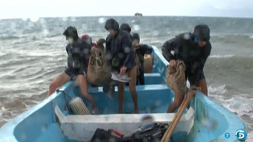 Una barca evacúa a los concursantes de Cayo Paloma