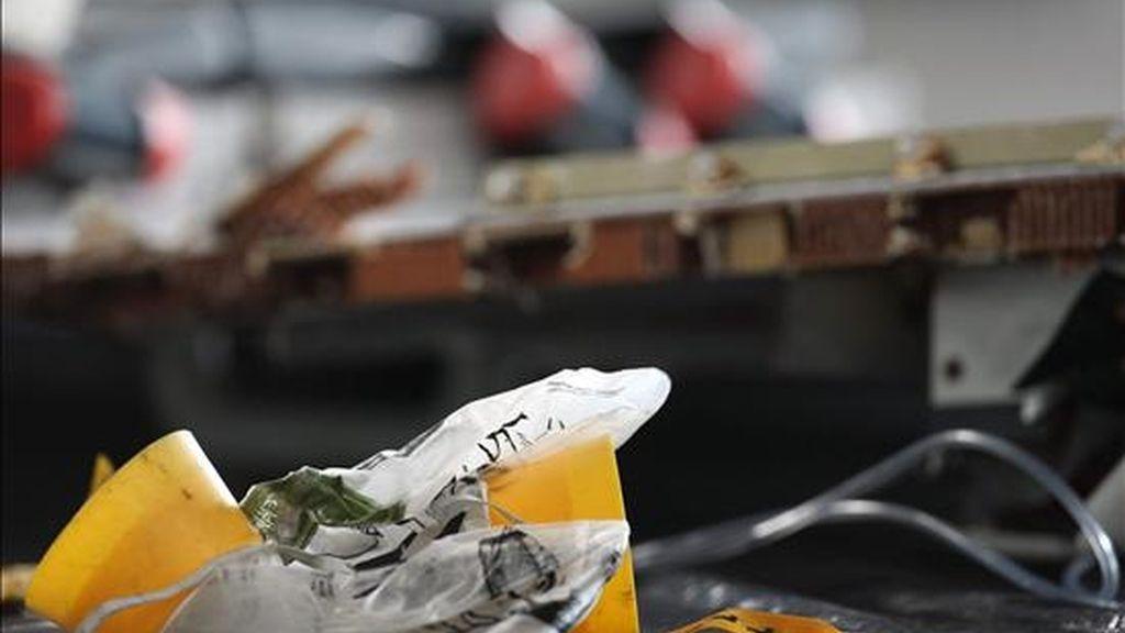 Los primeros restos del avión Airbus A330-200 de Air France encontrados en el Océano Atlántico, fueron presentados ayer por la Fuerza Aérea brasileña en la ciudad de Recife (Brasil). EFE