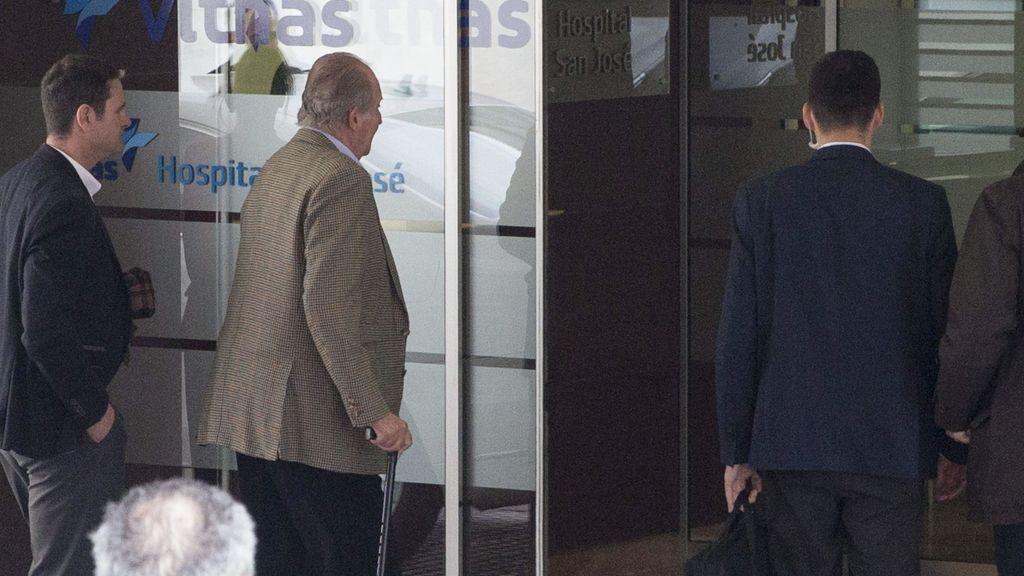 El Rey Juan Carlos a su llegada al hospital Vithas San José de Vitoria