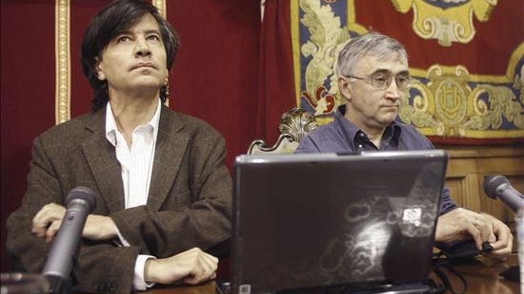 Los científicos españoles Carlos López-Otín (i) y Elías Campo (d), en la presentación hoy en la capital asturiana del contenido del artículo avanzado ayer por la revista Nature. EFE