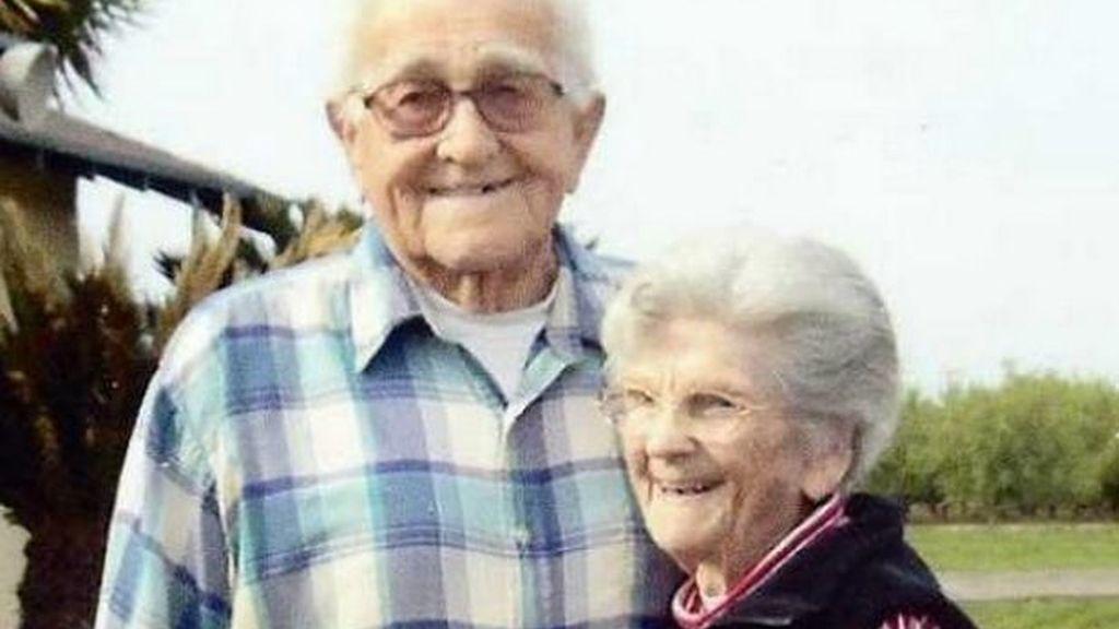 Una pareja de ancianos fallecen agarrados de la mano tras 67 años de matrimonio