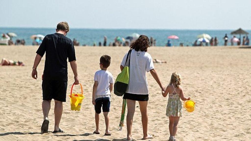 Una familia llegando a la playa