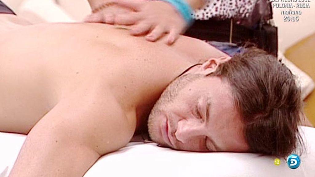 La sesión de masajes hace que los concursantes intimen mucho más...