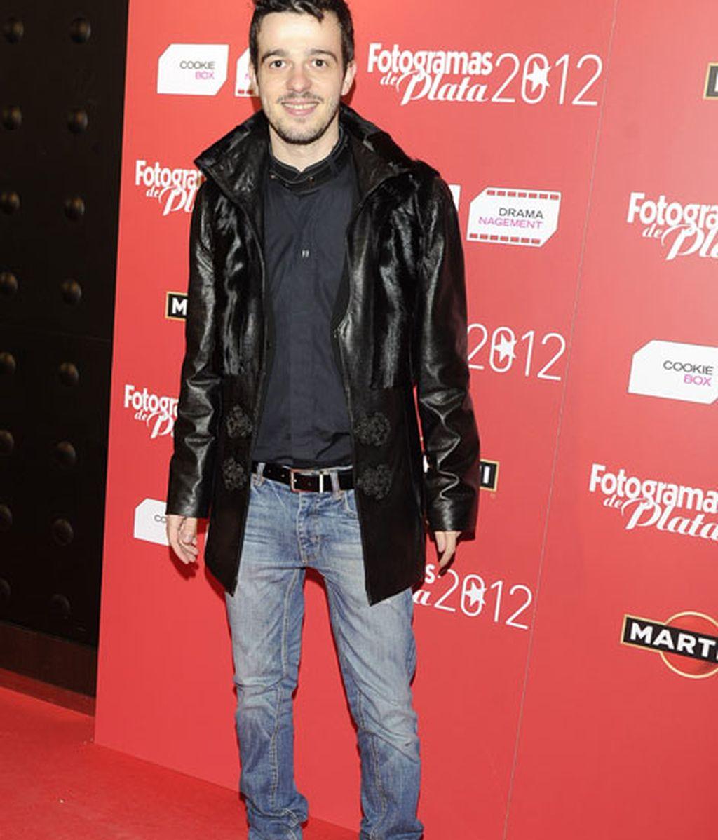 Fernando Tielve llevó look informal compuesto por abrigo y vaqueros