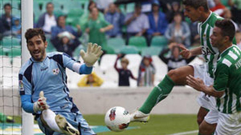 El centrocampista del Betis Salva Sevilla dispara a puerta ante el portero del Rayo Vallecano, Cobeño FOTO: EFE