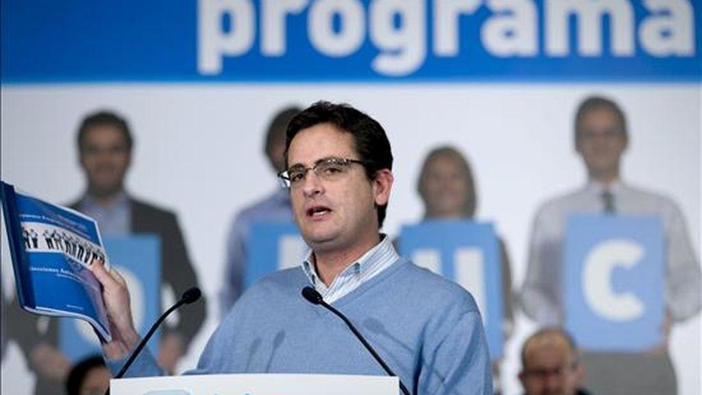 El presidente del Partido Popular en el País Vasco y candidato a Lehendakari en las elecciones vascas del 1 de marzo, Antonio Basagoiti, sujeta su programa durante la presentación de las setecientas propuestas recogidas en su programa electoral. EFE