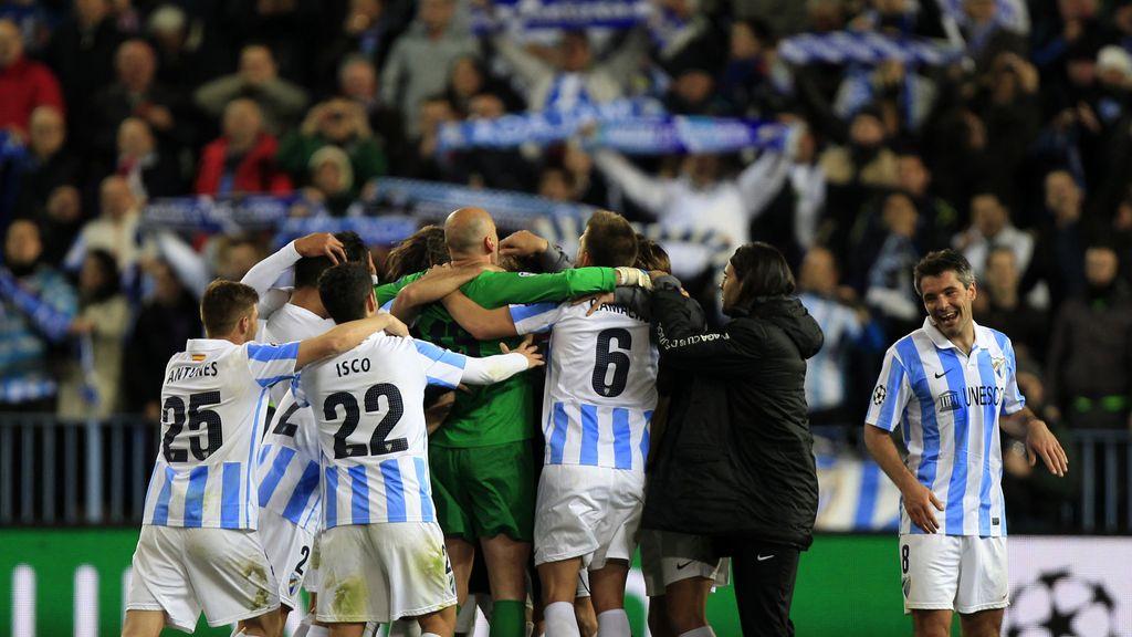 Los jugadores del Málaga celebra el pase a cuartos tras vencer al Oporto