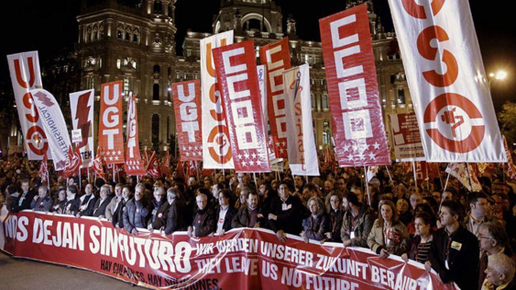"""Una gran pancarta con el lema de la huelga general: """"Nos dejan sin futuro. Hay culpables. Hay soluciones"""" (en castellano, inglés y alemán), encabeza la manifestación convocada por los sindicatos, que ha partido de la plaza de Cibeles de la capital hasta la plaza de Colón."""