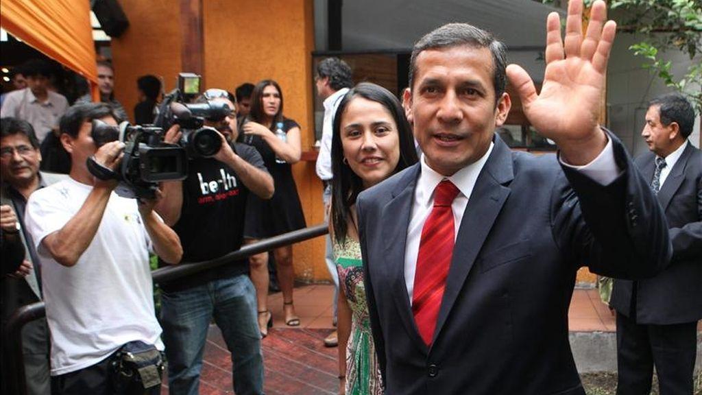 El líder nacionalista y candidato a la presidencia de Perú, Ollanta Humala, acompañado por su esposa Nadine Heredia, asiste el 9 de abril de 2011, a una rueda con la prensa extranjera en Lima, previo a las elecciones presidenciales del 10 de abril. EFE