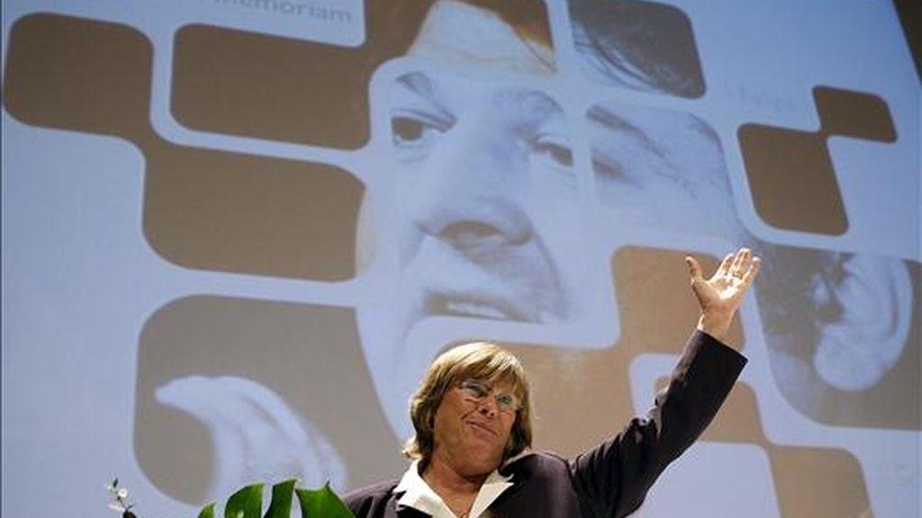 Barbara Dürhkop, viuda de Enrique Casas, el senador socialista asesinado hace 25 años por los comandos autónomos anticapitalistas, durante el homenaje organizado en San Sebastián en su memoria al que ha asistido el secretario general del PSE/EE y candidato a lehendakari, Patxi López. EFE