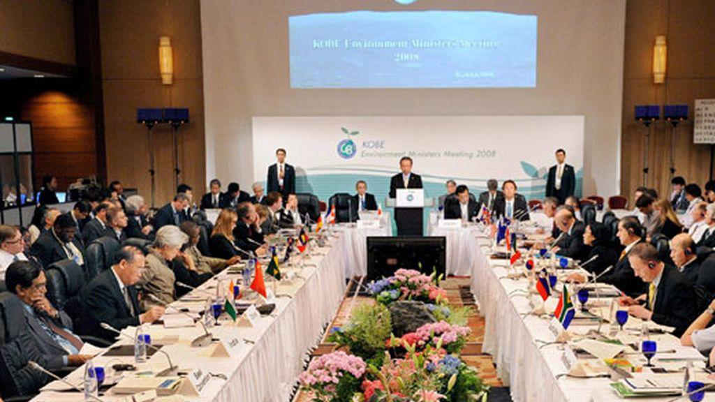 El ministro de Medio Ambiente japonés, Ichiro Kamoshita (C), ofrece un discurso durante la tercera sesión de la reunión de ministros del Medio Ambiente del G8 en Kobe. Foto: EFE