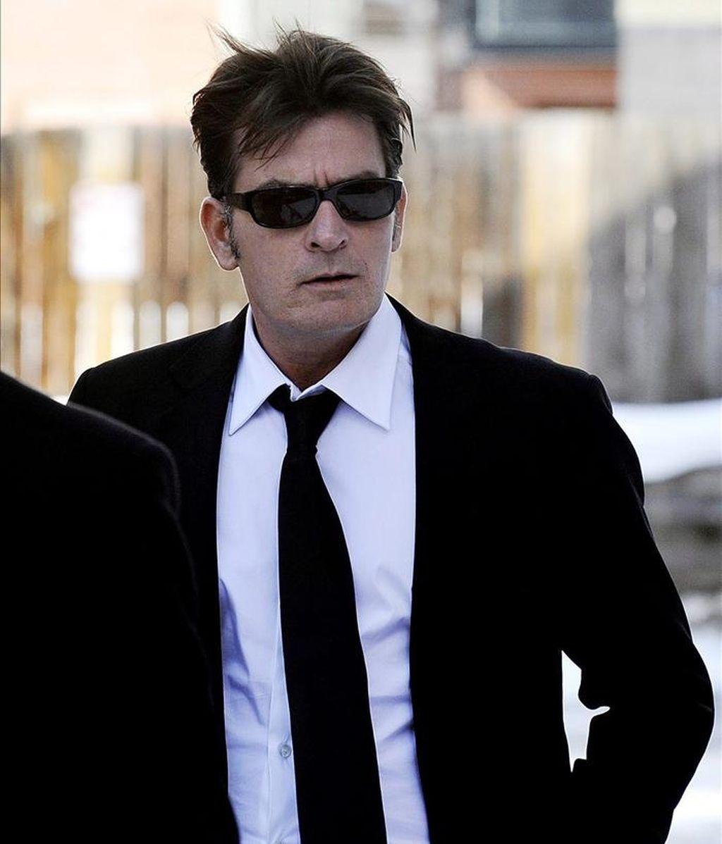 """Charlie Sheen dijo que """"hay un par de cosas"""" que debe mejorar, aunque los cambios ya surtieron efecto en su segundo espectáculo, celebrado en Chicago este domingo, y que obtuvo buenas críticas, como las del diario Chicago Tribune o el canal CNN. EFE/Archivo"""